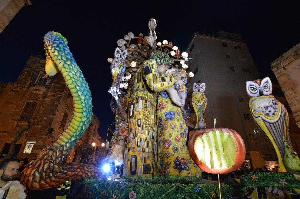 Il bacio di Klimt è tra due uomini: al Carnevale di Putignano sfila la libertà