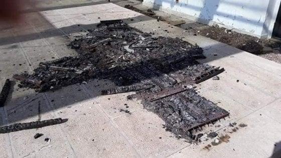 """Bari, raid nel parco Garofalo: vandali incendiano le fioriere. """"Così abbiamo perso tutti"""""""