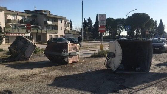 Foggia, strade bloccate con i cassonetti: la protesta a Borgo Mezzanone per la palazzina a rischio crollo