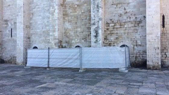 Cattedrale di Trani, transennato il muro deturpato dalle scritte: la telecamera non ha ripreso l'autore