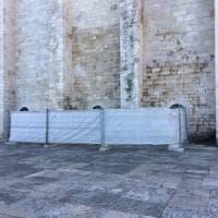 Cattedrale di Trani, transennato il muro deturpato dalle scritte: la telecamera