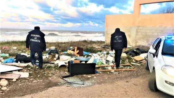 """In Puglia scoperte 32 discariche abusive in 2 giorni: """"Rottami d'auto e marmi deturpano l'ambiente"""""""