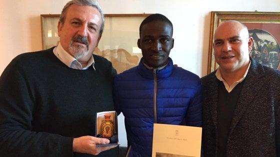 """Migrante sventa rapina e viene assunto dal supermercato, Michele Emiliano lo premia: """"Grazie dai pugliesi"""""""