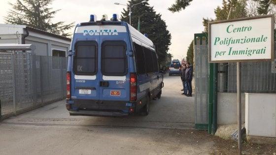 Migranti, blitz nel ghetto di Borgo Mezzanone: perquisizioni