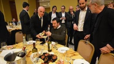 La Bari che vota Lega a tavola con Salvini: 350 manager e prof pagano 80 euro per gustare ricci e burrata con il ministro