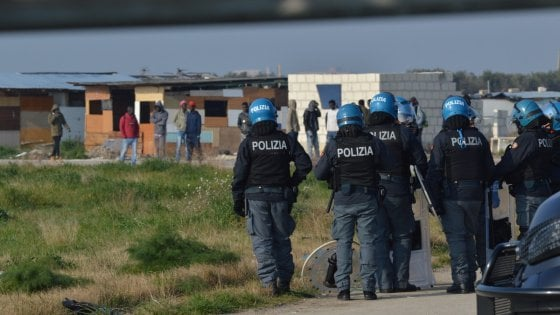 Migranti, blitz nel ghetto di Borgo Mezzanone: perquisizioni e sgomberi nella baraccopoli