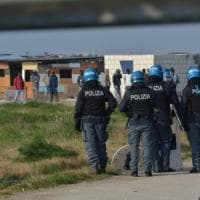 Migranti, blitz nel ghetto di Borgo Mezzanone: perquisizioni e sgomberi