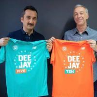Deejay Ten a Bari, Linus presenta la maglia ufficiale: iscrizioni fino al