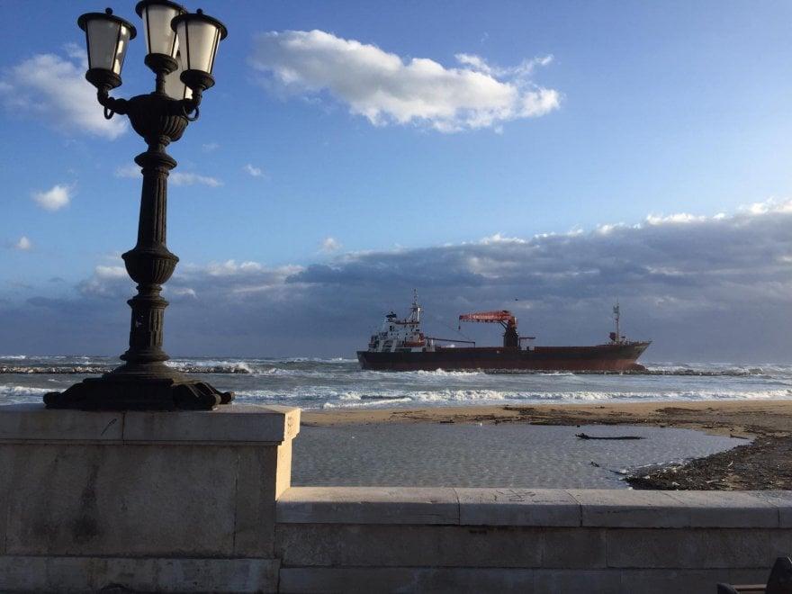 Maltempo, a Bari nave alla deriva a pochi metri dalla spiaggia