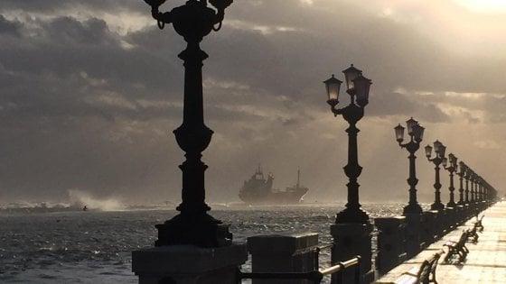 Maltempo, a Bari un mercantile alla deriva s'incaglia a pochi metri dalla spiaggia: a bordo diverse persone