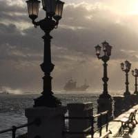 Maltempo, a Bari un mercantile s'incaglia a pochi metri dalla spiaggia. A bordo 15...