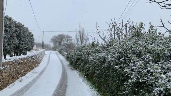 Maltempo, in Puglia torna la neve: imbiancate Alberobello, Noci e Martina Franca. Allerta per il vento