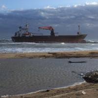 Bari, mercantile s'incaglia davanti alla spiaggia: in salvo le 15 persone a bordo. E' allerta meteo
