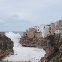 Polignano a Mare, l'onda è incredibile: supera le terrazze delle case