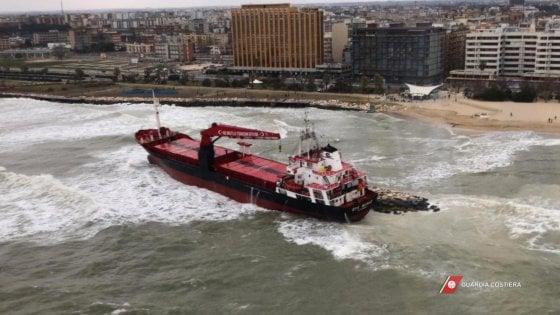 Mercantile incagliato a Bari, si lavora per evitare che il carburante finisca in mare
