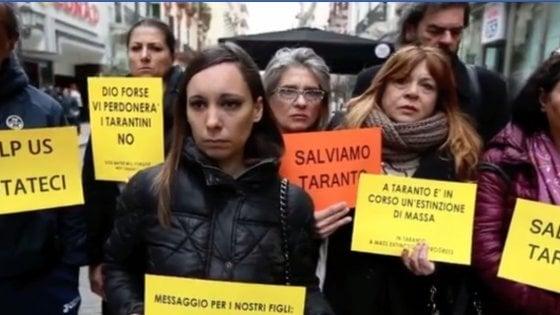 Taranto, fiaccolata per le giovani vittime dell'inquinamento: sindaco proclama il lutto simbolico