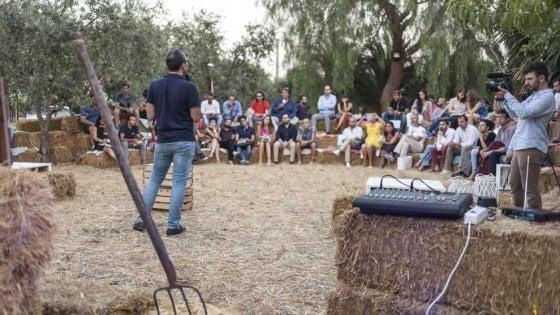 I contadini pugliesi lanciano 'Vazapp': niente social, ma assemblee sulle balle di paglia da Foggia a Parigi