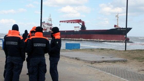 Bari, il mercantile arenato continua a inclinarsi e ha una falla: ipotesi 'oleodotto' per scongiurare inquinamento