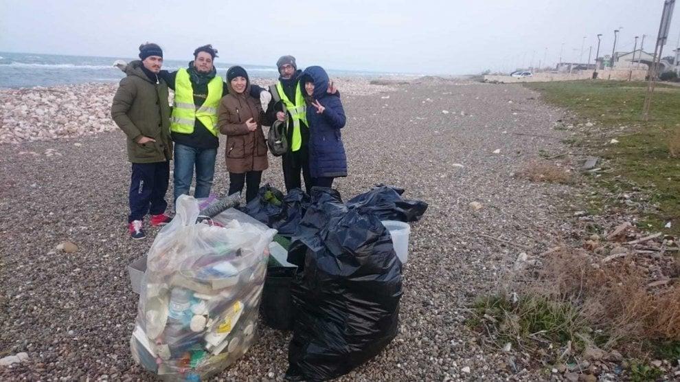 Bari, per il suo compleanno chiede agli amici di ripulire la spiaggia dai rifiuti