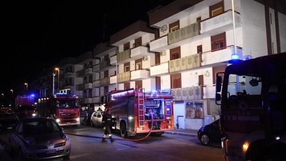 Bari, rogo in un condominio: gli inquilini si rifugiano sul tetto. Edificio evacuato, non ci sono feriti