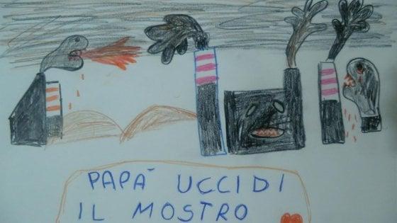 """'Papà uccidi il mostro': il disegno del bambino morto di tumore a Taranto torna virale. """"Il fumo nero è ancora qui"""""""