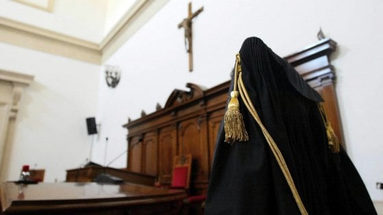 Bari, in due perseguitano per anni la vicina anziana: il giudice ordina che cambino casa