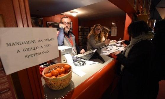 """Beppe Grillo contestato a Bari: """"Dimettiti e restituisci il simbolo: dall'Ilva a Tap troppi errori"""""""