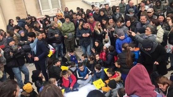 """""""Chiudete l'Ilva non le nostre aule"""", a Taranto scuole vietate per inquinamento: i bambini fanno lezione per strada"""