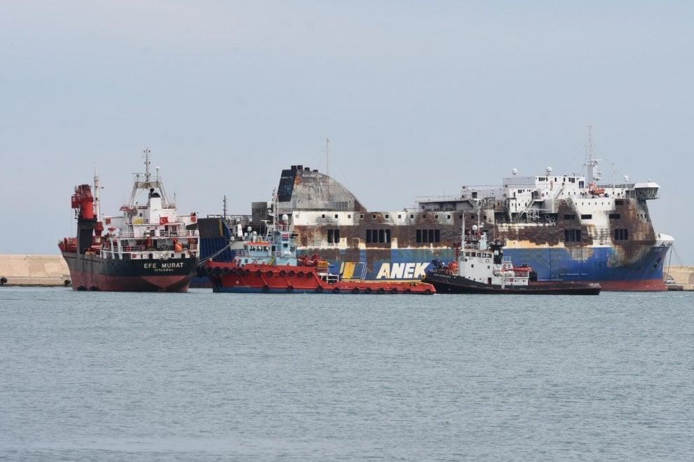 Bari, il molo dei relitti: la Efe Murat ormeggiata accanto alla Norman Atlantic
