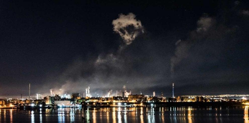 Un teschio tra i fumi dell'Ilva, premiato l'inquietante scatto di una fotografa tarantina