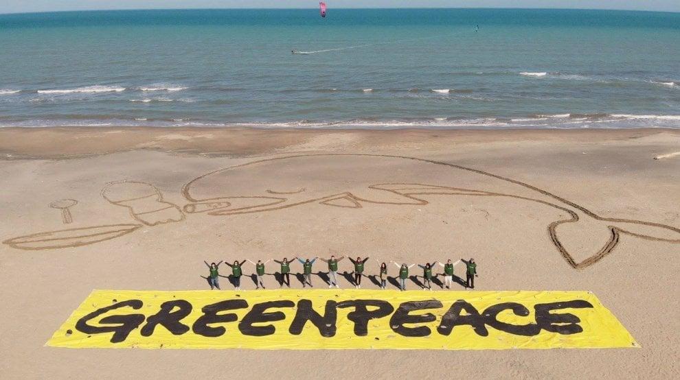"""""""Stop plastic"""", Greenpeace disegna una balena gigante sulla spiaggia di Barletta"""
