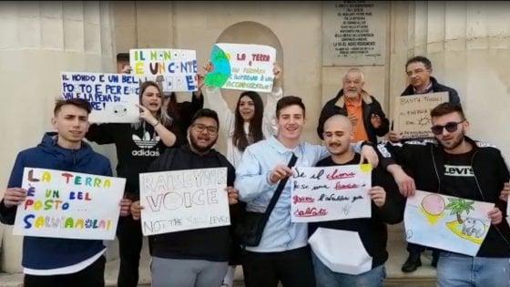 """Sciopero mondiale per l'ambiente, la marcia dei ragazzi a Bari: """"Qui per riprenderci il futuro"""""""
