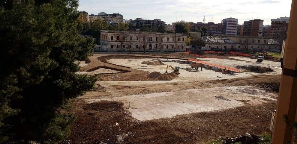 Bari, il parco dell'ex caserma Rossani prende forma: le ruspe abbattono le murature in cemento armato