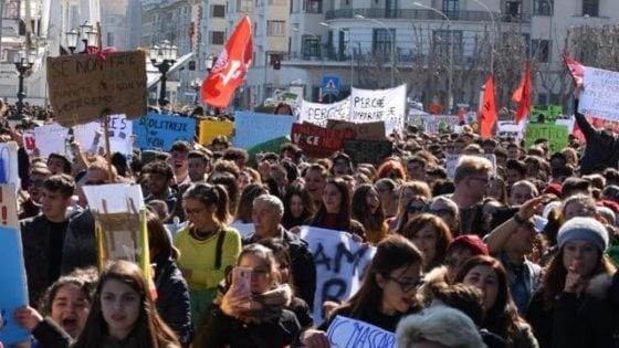 """In piazza per il clima, a Bari cinquemila persone sfilano per l'ambiente: """"Il futuro è verde"""""""