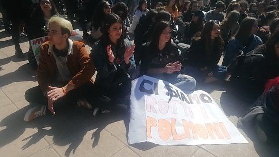 """""""Ci avete rotto i polmoni"""", a Taranto la minaccia all'ambiente e alla salute continua a chiamarsi Ilva"""