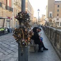 C'erano una volta i lucchetti dell'amore: a Lecce l'installazione incuriosisce i turisti