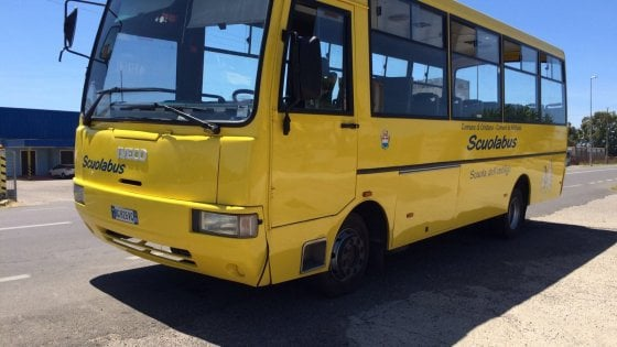 Lecce, bimbo di 3 anni dimenticato per 5 ore nello scuolabus. La madre rompe il vetro e lo salva