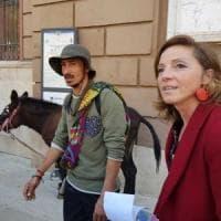 In viaggio con un'asina da Lisbona a Gerusalemme in nome della pace, Bruno fa tappa a Bari