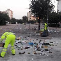 Bari, un tappeto di bottiglie e rifiuti dopo la festa organizzata sul web. L'Amiu: