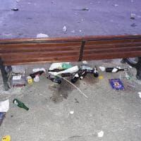 Il 'botellon' è incivile: così Bari è un tappeto di rifiuti