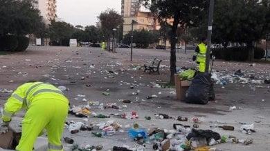 """Bari, tappeto di bottiglie e rifiuti dopo festa organizzata sul web. Amiu: """"Senza rispetto"""""""