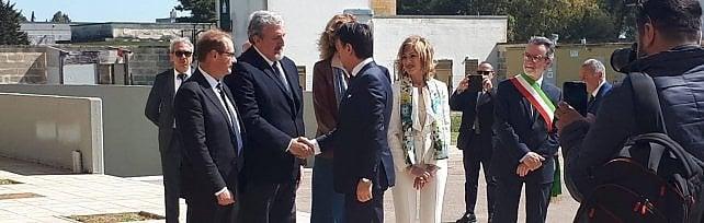 Conte-Emiliano, patto anti xylella: 500 milioni E l'Eni sigla il maxi accordo col Cnr sulla ricerca