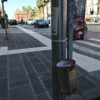 Bari, la second life dei barattoli di latta: diventano posacenere per tenere pulita la città