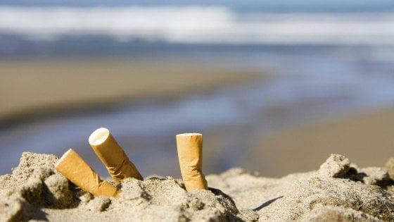 """""""Vietato fumare in spiaggia"""": a Porto Cesareo stop a sigarette e mozziconi. Multe fino a 500 euro"""