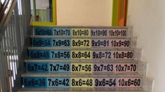 """Bari, a scuola le tabelline sono sulle scale: """"Le moltiplicazioni si imparano anche così"""""""