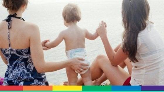 Bari, il Comune registra per la prima volta il figlio di due donne: il Viminale chiede l'annullamento