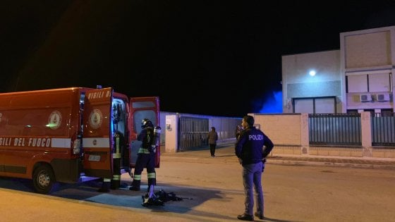 Barletta, incendio in un maglificio: muore 52enne. Forse è stato lui ad appiccare il fuoco per vendetta contro la moglie
