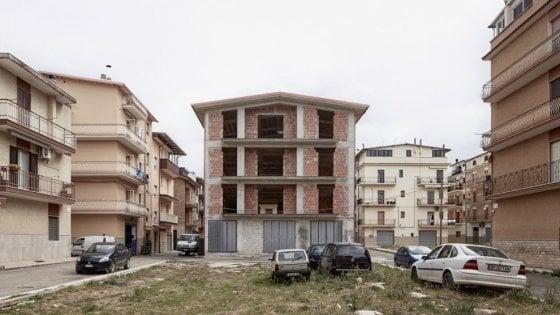 Cagnano Varano, il paese delle case incompiute: le hanno costruite gli emigrati mai più tornati