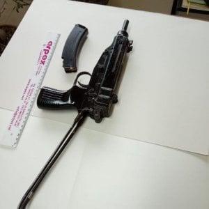 Trani, droga e mitraglietta a casa di un 64enne incensurato: arrestato con il figlio