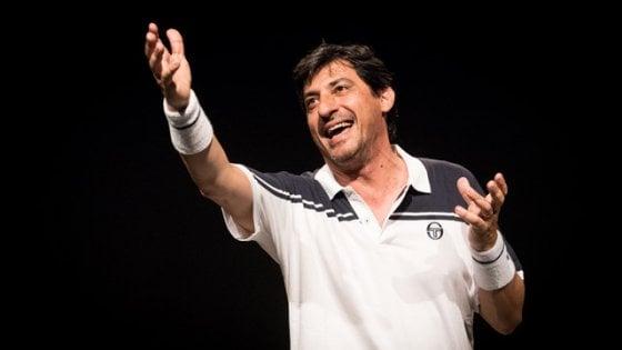 Emilio Solfrizzi sfida Roger Federer a teatro: il match impossibile in scena a Matera